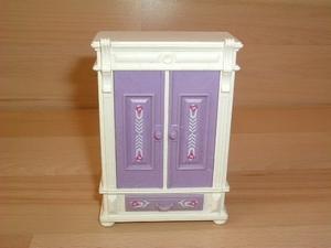 Armoire blanche et violette