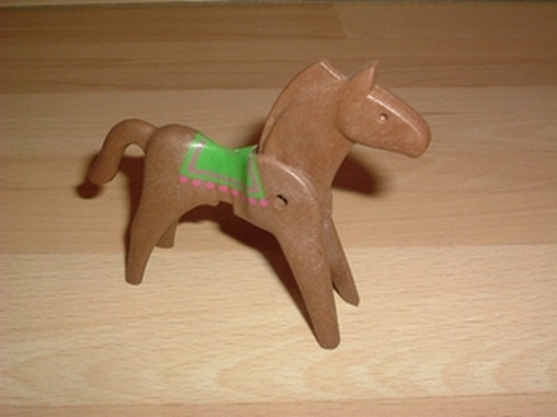 Cheval marron couverture verte