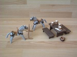 Chevaux et table moyen-age neufs