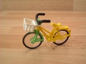 Vélo de ville jaune avec panier blanc