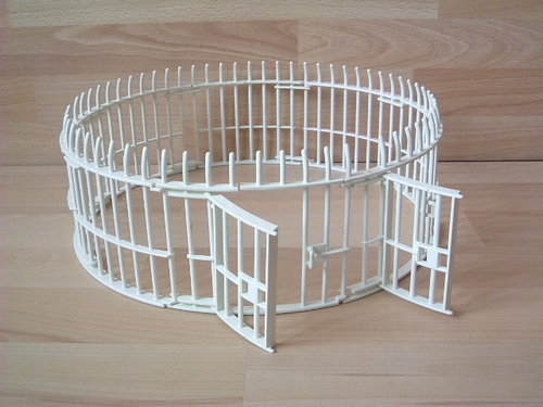 Cage pour fauves abimée en l'état