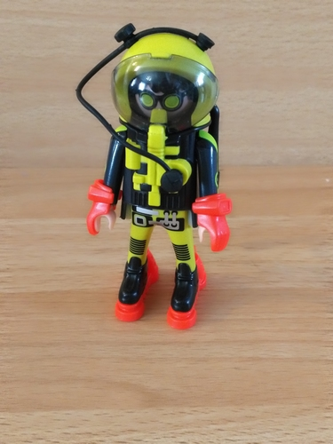 Astronaute noir et jaune