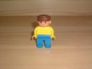 Homme polo jaune casquette marron