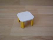 Table blanche et jaune