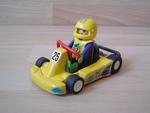 Karting jaune avec pilote