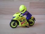 Moto jaune avec pilote