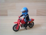 Moto cross rouge avec pilote