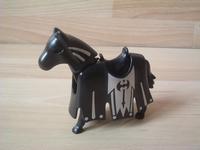 Cheval noir équipé