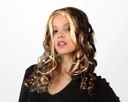 Perruque boucles brunes et mèches blondes