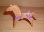 Equipement violet pour cheval